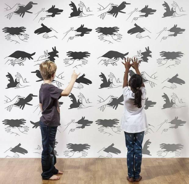 Anak-Anak Asyik Membuat Seni Bayangan Tangan
